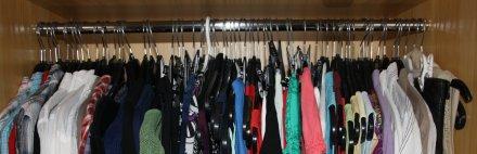 alle Kleiderhaken sind in einer Richtung