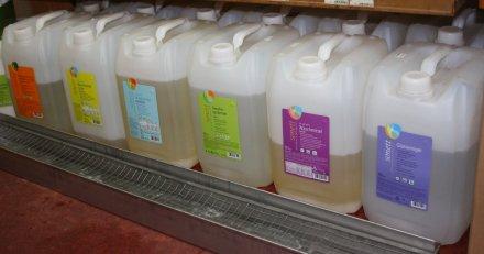 eine große Auswahl an verschiedenen Waschmitteln zum Abfüllen